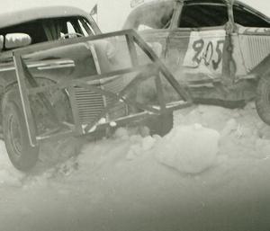 Stock-car-bilder, Sveg, 15/3 1959 står det på kuvertet med negativ. Från en av bilarna kommer det misstänkt rök, kanske har kylaren pajat?