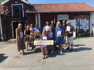 Pensionärerna i Gretas Gamlingar samlas varje fredag utanför Ica i Backa på Väddö för att demonstrera mot klimatet. Bild: Gretas Gamlingar