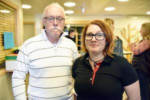Mats Liljeberg och Ellinor Sparby är van vid knivskarpt stål då de arbetar på Morakniv. Nu fick de också träffa knivskarpa elever.