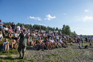Hundratals åskådare samlades vid fiskodlingen.