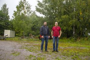 Idag är det mest skrot och träd på Skepparen där Faxeholmen vill bygga sina nya bostäder. Gabriel Larsson och Urban Wigren ser det nya bygget som ett lyft för hela området.