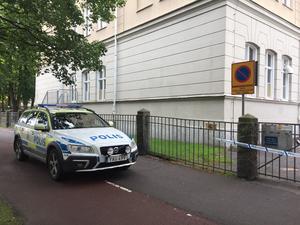 Polis var på plats och bevakade området.