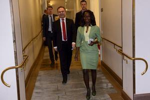 Året var 2012 och Nyamko Sabuni (FP), jämställdhets- och biträdande utbildningsminister  lämnade regeringen på egen begäran. Hon lämnade också sin plats i riksdagen. Här tillsammans med Folkpartiets ledare Jan Björklund på väg till presskonferensen i Rosenbad Foto: Jessica Gow