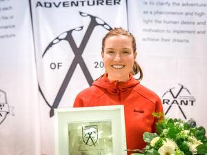Fredrika Ek tillsammans med diplomet hon fick efter utmärkelsen.