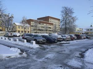 Ludvikahem är inte intresserat av att bygga bostäder eller affärshus på hörntomten vid Carlavägen – Fredsgatan. Nu bjuds tomten ut till försäljning.