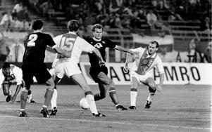 Jan Wouters med ett skottförsök som Lennart Sjögren försöker att täcka.