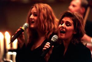 Gruppen Meiram Anna Stadling och Helen Sjöholm sjunger i Selångers kyrka 1998. Bild: Arkiv