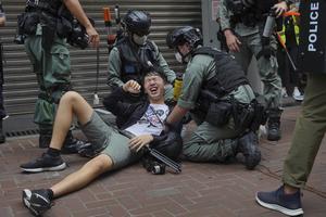 Vid onsdagens protester i Hongkong mot den nya säkerhetslagen slog polisen hårt mot all form av motstånd. Foto: AP Photo/Vincent Yu.