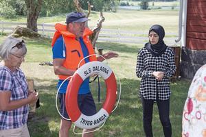 Anders Nilsson från livräddningssällskapet föreläste om vattenvett. Nadja Alkhadra tolkade.