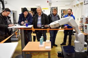 Industriroboten har sponsrats av företagarföreningen och anlände förra veckan. På torsdagskvällen gavs tillfälle för besökare att använda joystick för att förmå den att lyfta burkar