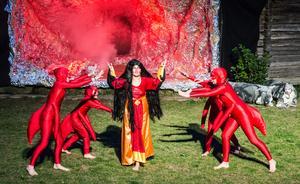 Hel, underjordens drottning åkallar onda makter. Norea Sandlin med ettermyrorna Hanna Gullberg, Ottilia Wiklund och Selma Wiklund.