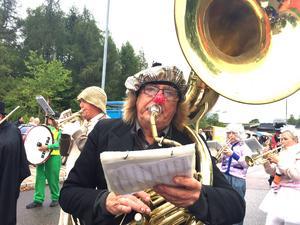 Jan Peter Löfstrand och nästan alla medlemmar i Kolbäcks musikkår hade klätt sig i karnevalsstil. Skalet till en röd golfboll blev en clownnäsa.