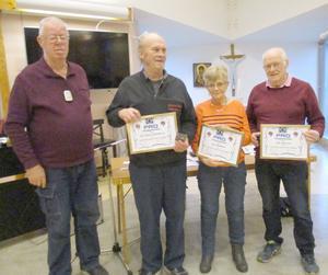 Lars-Göran Henriksson, Lena Hallkvist och Olle Paulsson hedrades med utmärkelser för sina insatser i föreningen. Längst till vänster ordförande Jan Holmgren. Foto: Roland Norrman