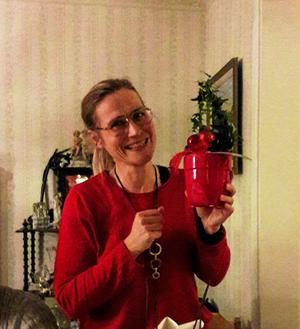 Dansledaren Marina blev glatt överraskad när hon fick en julblomma.