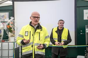 Roger Blom, VD för Ernst Express, och kommunstyrelsens ordförande Lars Isacsson invigde åkeriets nya biodieselraffinaderi.