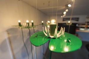 Erik Lövqvist är, förutom konstnär, även produktdesigner och förknippas enligt sig själv med glas. Därför passade hon på att visa upp några lampor hon gjort av aluminium.