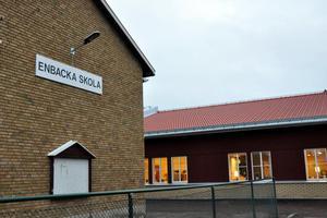 Minst 50 barn och fem-sex lärare på Enbacka skola i Gustafs har drabbats av kräksjuka.