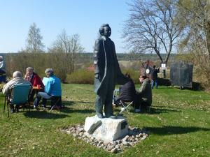 Samling runt Nathan Söderblom statyn. Bild: Maj-Britt Norlander.