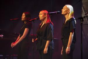 Amanda Eriksson, Nathalie Forsberg och Anna Rylander sjöng stämningsfullt.