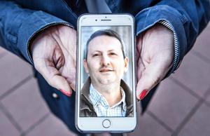 Vida Mehrannia, gift med KI-forskaren Ahmadreza Djalali som sitter fängslad i Iran sedan 18 månader tillbaka, anklagad för spioneri. Här visar hon en bild på sin man. Foto: Tomas Oneborg / SvD / TT