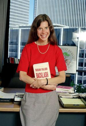Den amerikanska journalisten och feministen Susan Faludi med sin nya bok