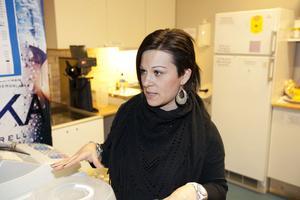 Karen Forsgren var en av de ideellt arbetande idrottsföräldrarna som servade besökarna på Nynäs IP med kaffe, bullar och korv i går.