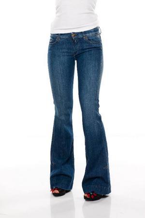 Mellanblå jeans med utställda ben och senapsgula stickningar, Replay, 1 749 kronor.
