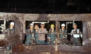 En samling glada Nordkoreanska arbetare som dock var hårt hållna av övervakande kommunistiska politruker.
