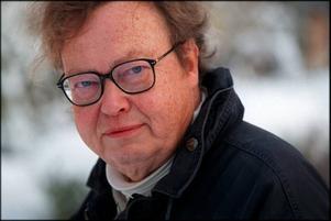 Nils Uddenberg, docent i både psykiatri och empirisk livsåskådning och utbildad i såväl medicin som biologi, har skrivit jubileumsboken om Carl von Linné, System och passion (Natur & Kultur).