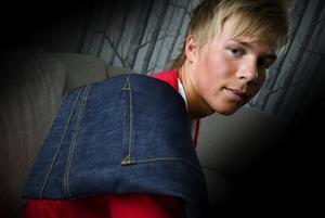 Skräddare. Victor Jacobs i Borlänge skapar egna jeans, hela vägen från ritbordet till färdig produkt. Och inget par är det andra lik.