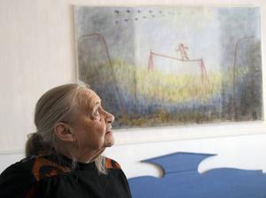 Konstnären Karin Björklund har fyllt 90 år men inspireras fortfarande av naturen och livet. Här med sin tavla Balansgång.