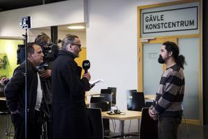 Seywan Saeedian intervjuas av Svt vid pressträffen.