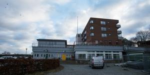 Det två våningar höga kommunhuset ska rivas och ersättas av ett femvåningshus. De boende i huset till höger får delvis ny utsikt med andra ord.