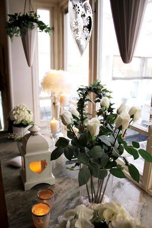 Vita rosor i burspråket.