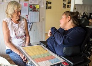 """Deras vänskap har hållit. """"Vi fick bingo, säger"""" Elsie Pell som kallar Lena Säll sin låtsassyster."""