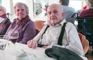 Gertrud och Henry inväntar en härlig 3-rättersmiddag.