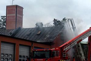 Taket på gamla brandstationen måste brytas upp för att räddningstjänsten ska kunna komma åt brandhärden.