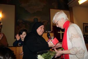 Diad Alhajji och hennes familj delade ut julklappar till Berit Karlsson och alla frivilliga krafter.