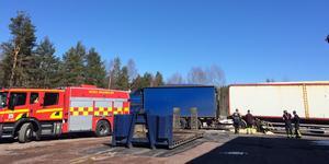 Under måndagen kom det ett larm om en fordonsbrand i Mora. Enligt SOS Alarm ryker och pyr det från ett flissläp.