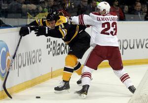 Säsongen 2010-11 blev Ekman Larssons första i Nordamerikan då han direkt slog sig in i Phoneix Coyotes. Här i NHL-debuten, i Prag, mot Boston Bruins. Senare samma säsong kom första målet, mot San Jose.