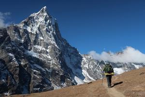 – Något i mig känner att jag skulle vilja kunna klättra när jag ser ett berg, säger han.Lars Bengtsson beskriver känslan när han står framför ett högt berg, men han framhäver att han inte är en professionell klättrare.Här vandrar han i Nepal under sin senaste resa år 2017.Fotograf: Lars Bengtsson