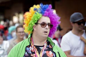 Per Larsson i färgglad clownperuk.