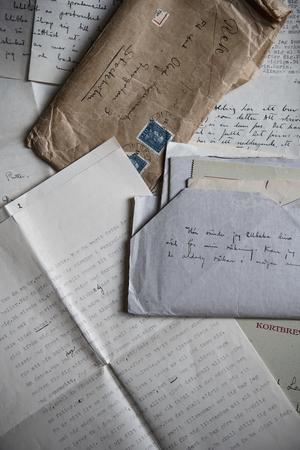 Några av breven som finns kvar som skrevs av Karin Stolpe och Olof Lagercrantz. Foto: Malin Hoelstad / SvD / TT
