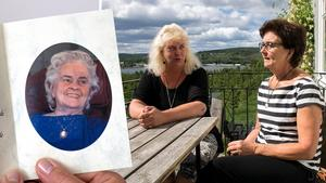 Systrarna Ann-Sofie och Ulla Östlund sörjer sin mamma Vera Östlund.