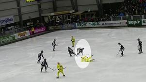 Här skadas Hannes Edlund i SAIK – och blir utvisad – när han stoppar Vetlandas Daniel Johansson.Bild: Skärmdump/bandyplay