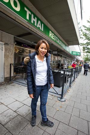 På Coco Thai utför Caren flera olika sysslor. Hon brukar stå i kassan, servera mat och meddela köket vilka rätter på buffébordet som behöver fyllas på.
