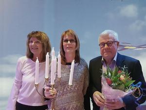 Kommunalrådet Irene Homman delade ut årets Guldstake till  Carina Gärds och uppvaktade Christer Gruhs med blommor.