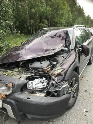 Bilen, en Volvo Cross County, totalförstördes efter den våldsamma kraschen som blev när trädet föll rakt ned över motorhuven. Foto: Privat