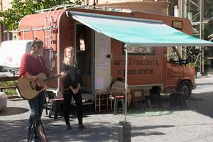 Kommunens sommarjobbade unga musikanter följer med husbilden på odyssén genom Sundsvalls kommun. Här Pär Forsberg och Miranda Eriksson.