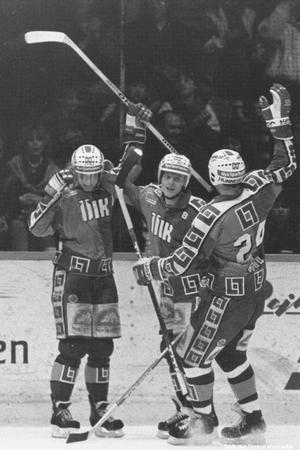 1988. Tomas Gustafsson, Mikael Good och Ingemar Ström, måljubel vid ishockeymatch mellan ÖIK och Västerås. Foto: Specialfoto Börje Gustavsson (Bildkälla: Örebro stadsarkiv)